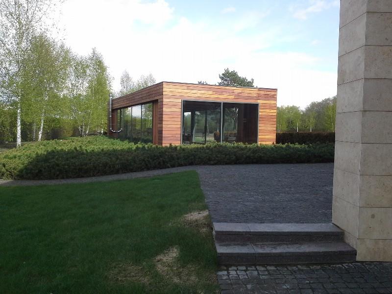 большой участок современный дизайн газон жуковка ковровые посадки сосны горной березы павильон гранитная брусчатка