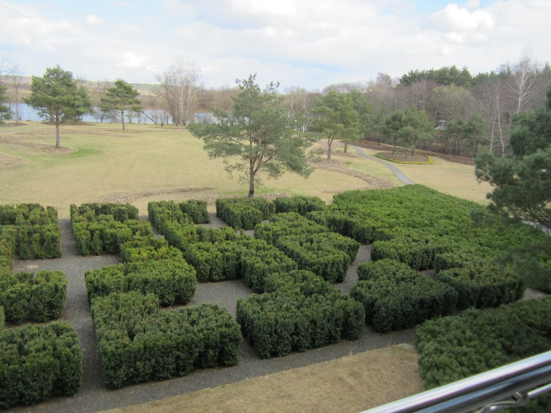 большой участок современный дизайн газон жуковка тисс лабиринт галон весна водоем