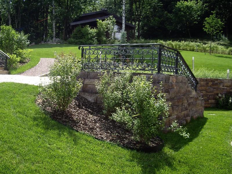 лесной участок на склоне лестница баня тротуарная плитка подпорная стенка спирея серая светильник садовый новогорск 2 газон
