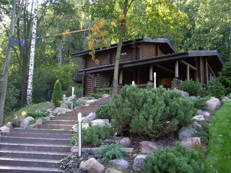 лесной участок на склоне лестница деревянные ступени из бруса баня сосна горная камни валуны светильник садовый новогорск 2