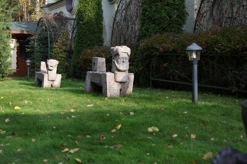 лев гранитная садовая скульптура екатериновка осень газон