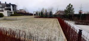 современный сад средний участок пестово зима газон дерен живая изгородь