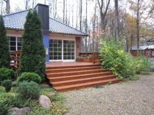 средний участок гравийная дорожка тротуарная плитка осень лестница липы лесной участок туя смарагдт валуны нагорье