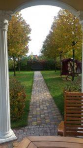 средний участок ратонда газон липовая аллея тротуарная плитка садовая мебель садовая скамья пестово