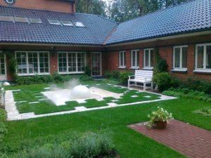 средний участок современный дизайн внутреннего дворика фонтан сфера садовые скамьи спирея серая туя западная смарагдт нагорье генератор тумана