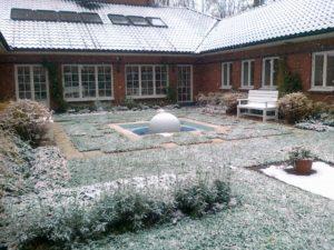 средний участок современный дизайн внутреннего дворика фонтан сфера садовые скамьи спирея серая туя западная смарагдт нагорье зима