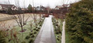 средний участок современный сад дорожка из дпк светильники садовые живая изгородь из дерен пестролистный газон подпорная стенка из бетона пестово зима