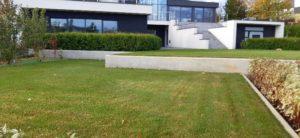средний участок современный сад живая изгородь из туи газон подпорная стенка из бетона пестово